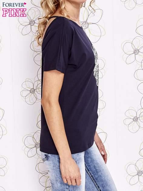 Granatowy t-shirt z napisem JE T'AIME i dekoltem na plecach                                  zdj.                                  3
