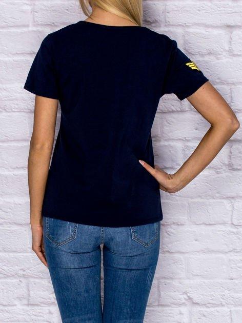 Granatowy t-shirt z naszywkami                                  zdj.                                  2