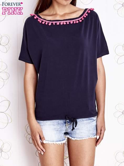 Granatowy t-shirt z różowymi pomponikami przy dekolcie                                  zdj.                                  1