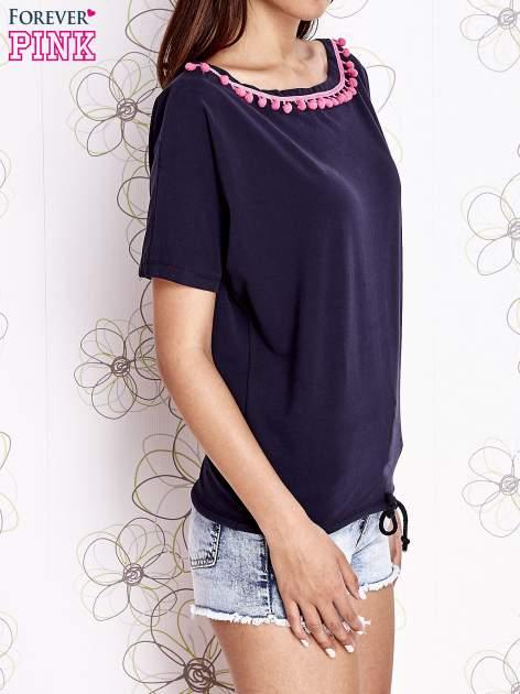 Granatowy t-shirt z różowymi pomponikami przy dekolcie                                  zdj.                                  3