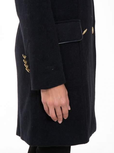 Granatowy wełniany płaszcz dwurzędowy z futrzanym kołnierzem                                  zdj.                                  8