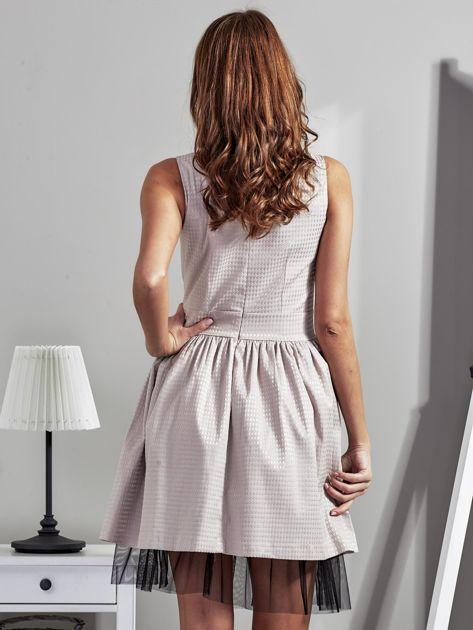 Jasnobeżowa sukienka z ozdobnym kwiatem                              zdj.                              1