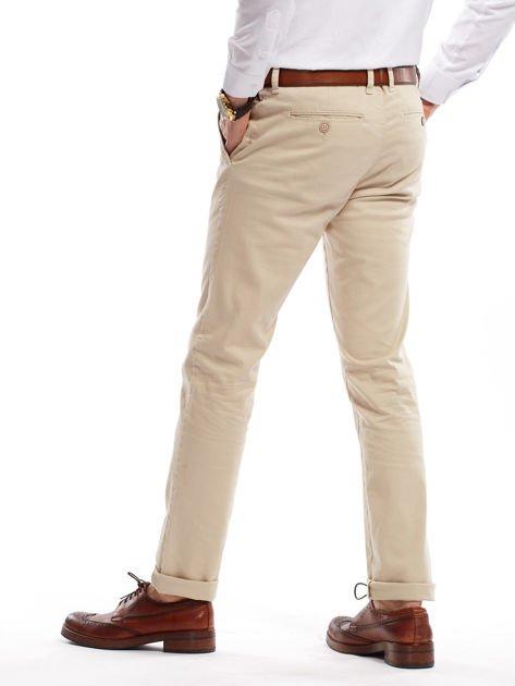Jasnobeżowe spodnie męskie chinosy o prostym kroju                              zdj.                              2