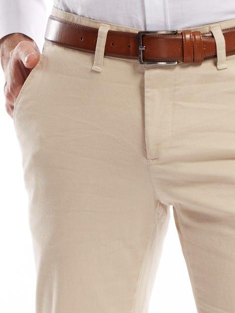 Jasnobeżowe spodnie męskie chinosy o prostym kroju                              zdj.                              18