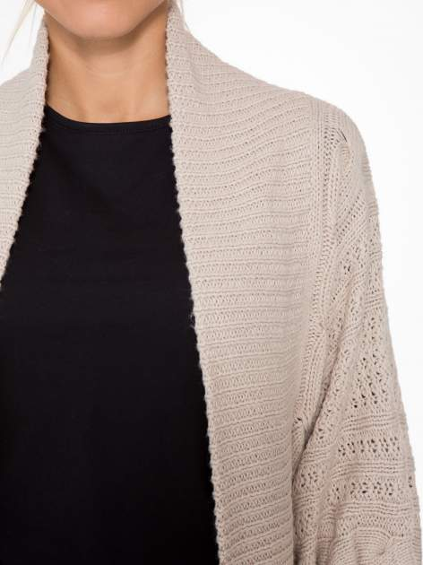 Jasnobeżowy dziergany sweter typu otwarty kardigan                                  zdj.                                  5