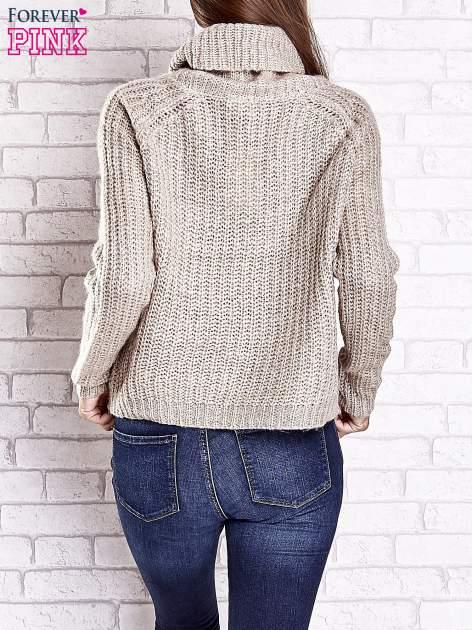 Jasnobeżowy sweter oversize z luźnym golfem                                  zdj.                                  6
