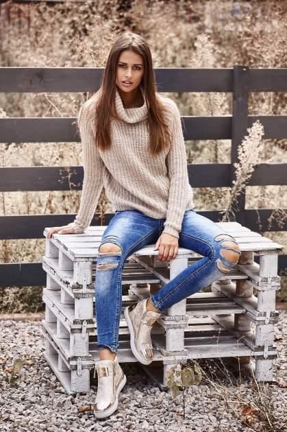Jasnobeżowy sweter oversize z luźnym golfem                                  zdj.                                  8