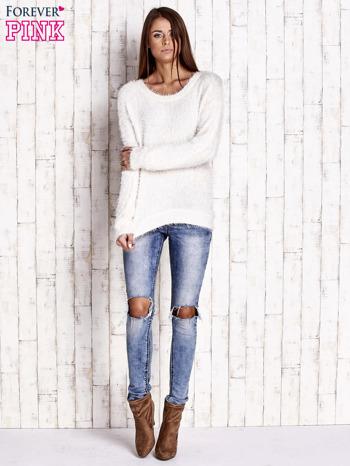 Jasnobeżowy sweter z długim włosem                                  zdj.                                  2