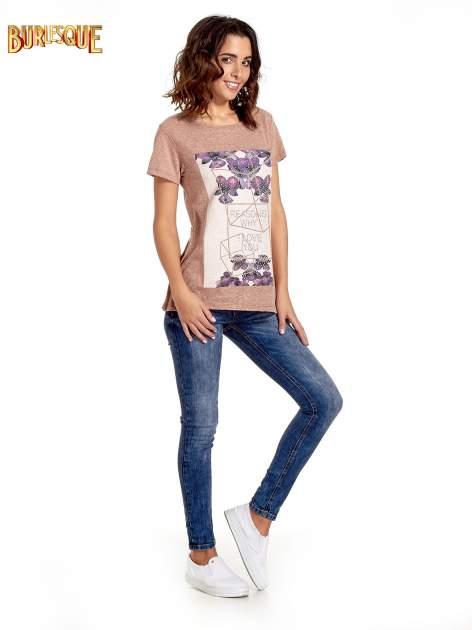 Jasnobordowy t-shirt z kwiatowym nadrukiem zdobionym dżetami                                  zdj.                                  7