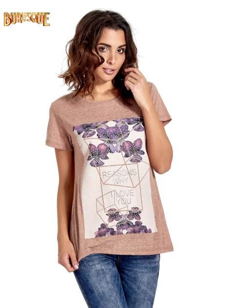 Jasnobordowy t-shirt z kwiatowym nadrukiem zdobionym dżetami