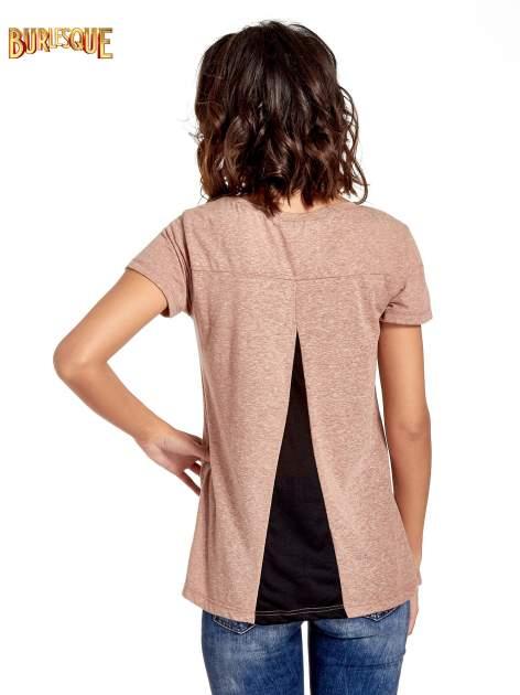 Jasnobordowy t-shirt z kwiatowym nadrukiem zdobionym dżetami                                  zdj.                                  6
