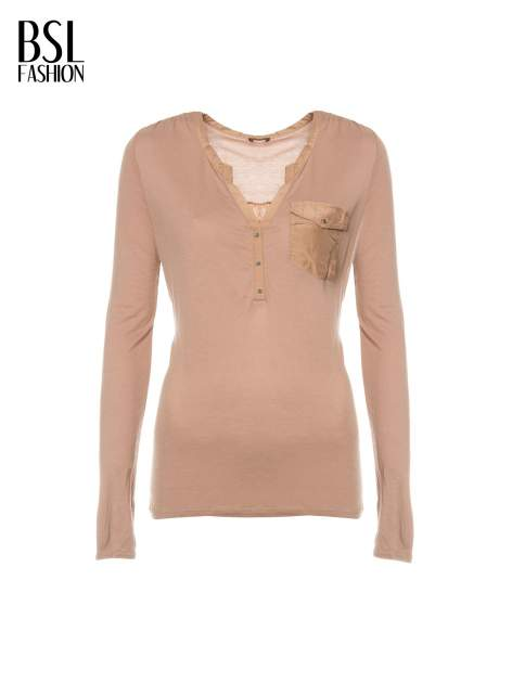 Jasnobrązowa bluzka z atłasowym obszyciem przy dekolcie i kieszonką                                  zdj.                                  4