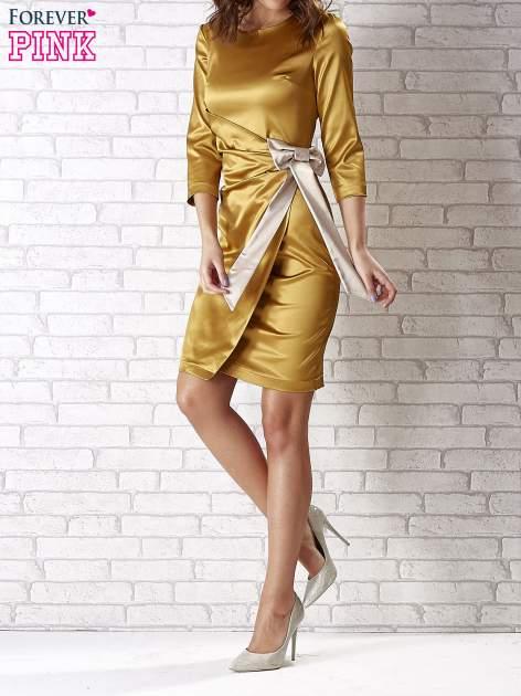 Jasnobrązowa sukienka ze srebrną kokardą                                   zdj.                                  1