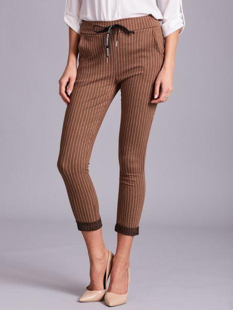 Jasnobrązowe damskie spodnie w paski                              zdj.                              1