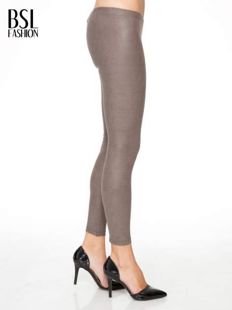 Jasnobrązowe legginsy z efektem skóry krokodyla                                  zdj.                                  3