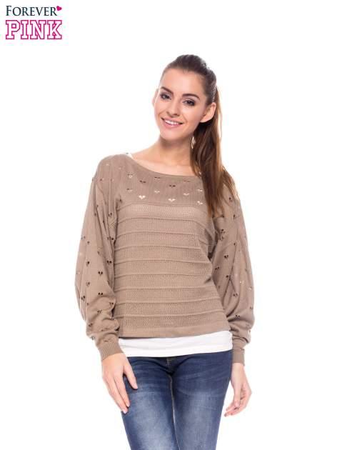 Jasnobrązowy ażurowy sweter w serduszka