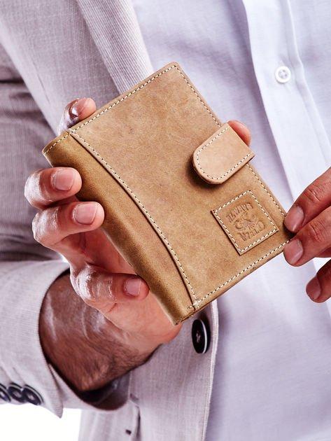 Jasnobrązowy portfel męski ze skóry z naszywką