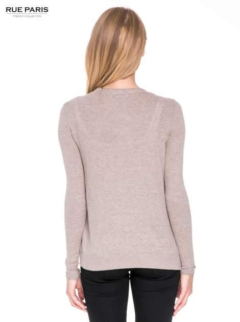 Jasnobrązowy sweterek kardigan o kaskadowym fasonie                                  zdj.                                  4