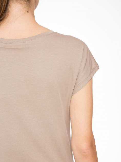Jasnobrązowy t-shirt z napisem SHE LOVED                                  zdj.                                  8
