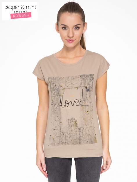 Jasnobrązowy t-shirt z napisem SHE LOVED