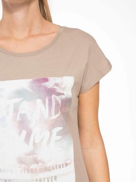 Jasnobrązowy t-shirt z napisem STAND BY ME                                  zdj.                                  6