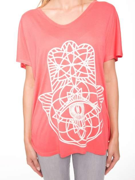 Jasnoczerwony t-shirt z ornamentowym nadrukiem                                  zdj.                                  7