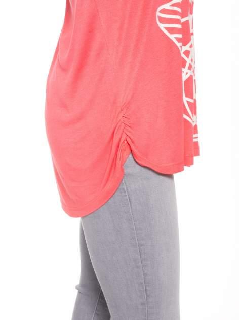 Jasnoczerwony t-shirt z ornamentowym nadrukiem                                  zdj.                                  6