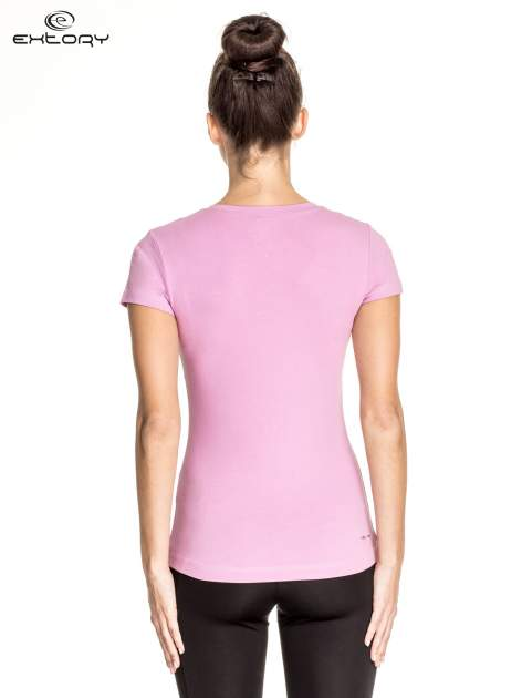 Jasnofioletowy damski t-shirt sportowy z przeszyciami                                  zdj.                                  4