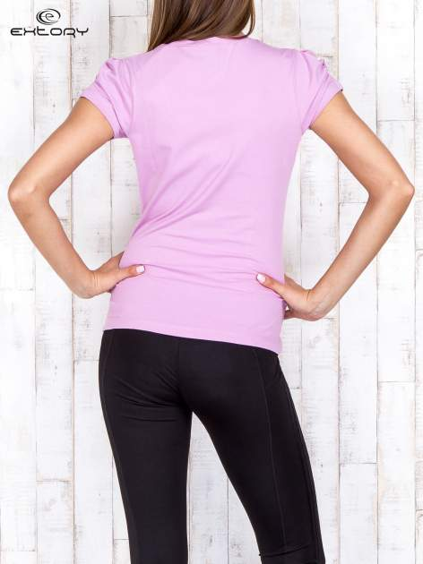 Jasnofioletowy gładki t-shirt modelujący w sportowym stylu                                  zdj.                                  2