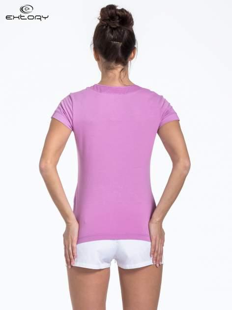 Jasnofioletowy t-shirt sportowy z kieszonką i ozdobnym dekoltem                                  zdj.                                  3