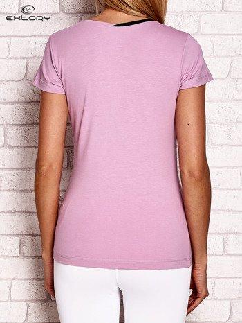 Jasnofioletowy t-shirt z kontrastowym wykończeniem dekoltu