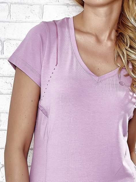 Jasnofioletowy t-shirt z trójkątnym dekoltem                                  zdj.                                  8
