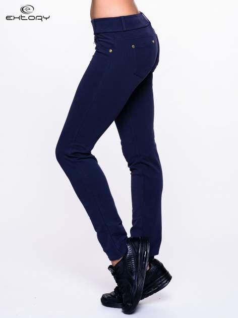Jasnogranatowe spodnie dresowe ze złotymi napami                                  zdj.                                  3