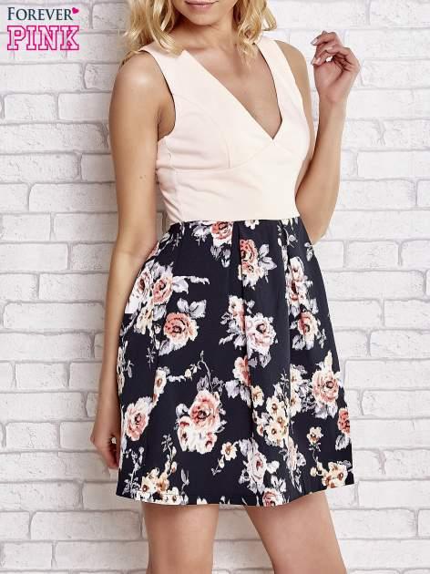 Jasnokoralowa sukienka z kwiatowym dołem i z suwakiem z tyłu                                  zdj.                                  3