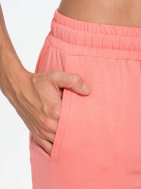 Jasnokoralowe spodnie dresowe typu baggy z guzikami                                  zdj.                                  7