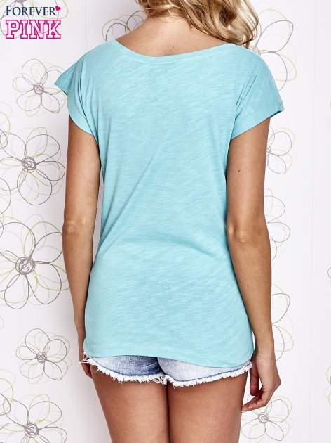 Jasnokoralowy t-shirt z motywem gwiazdy i dżetami                                  zdj.                                  2