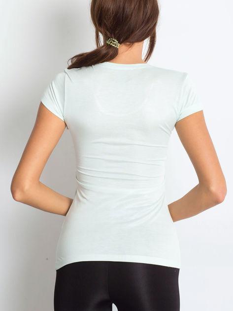 Jasnomiętowy t-shirt z graficznym nadrukiem                              zdj.                              3