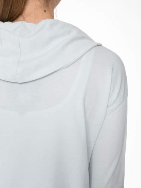 Jasnoniebieska bluza cropped z katurem i nadrukiem numerycznym                                  zdj.                                  7
