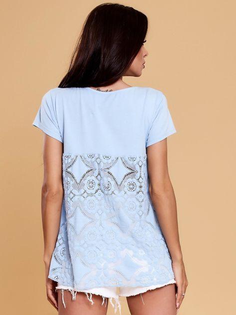Jasnoniebieska bluzka z koronkową wstawką na plecach                              zdj.                              2
