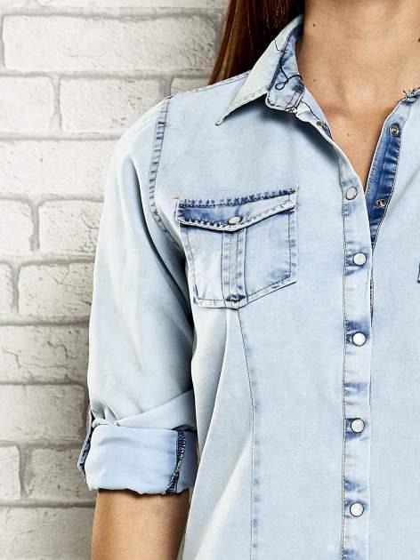 Jasnoniebieska jeansowa koszula z podwijanymi rękawami                                  zdj.                                  7