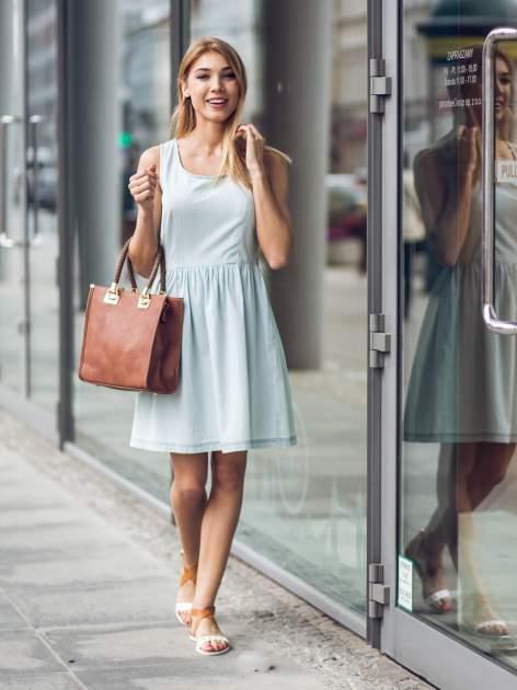 Jasnoniebieska jeansowa sukienka z podkreśloną talią                                  zdj.                                  4