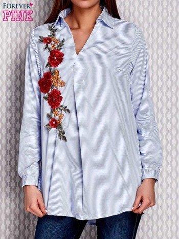 Jasnoniebieska koszula w paski z kwiatową naszywką                              zdj.                              1