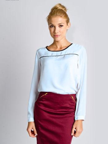 Jasnoniebieska koszula z czarną lamówką i przeszyciem z przodu                                  zdj.                                  1