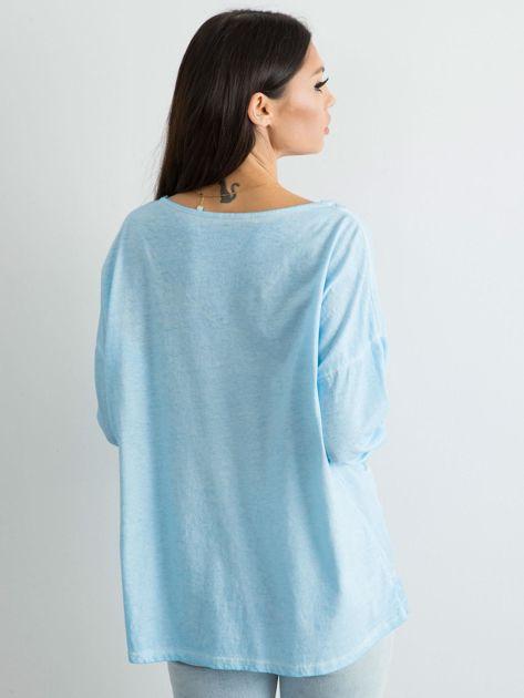 Jasnoniebieska luźna bluzka w serek                              zdj.                              2