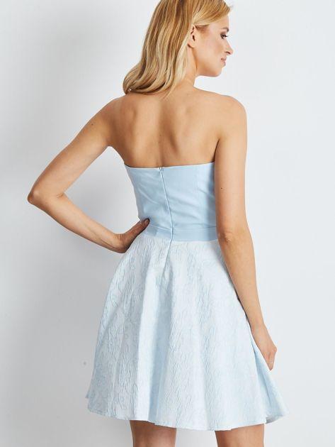 Jasnoniebieska rozkloszowana sukienka bez ramiączek                              zdj.                              2