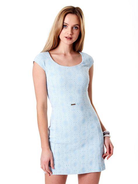 Jasnoniebieska sukienka w wypukły deseń                              zdj.                              1