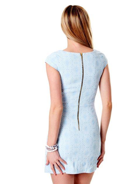 Jasnoniebieska sukienka w wypukły deseń                              zdj.                              2