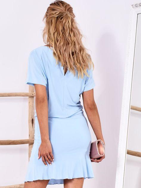 3a53e43779 Jasnoniebieska sukienka z drapowaniem i wycięciem łezką z tyłu - Sukienka  koktajlowa - sklep eButik.pl