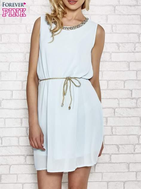 Jasnoniebieska sukienka ze złotym łańcuszkiem przy dekolcie                                  zdj.                                  1