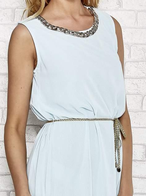 Jasnoniebieska sukienka ze złotym łańcuszkiem przy dekolcie                                  zdj.                                  5
